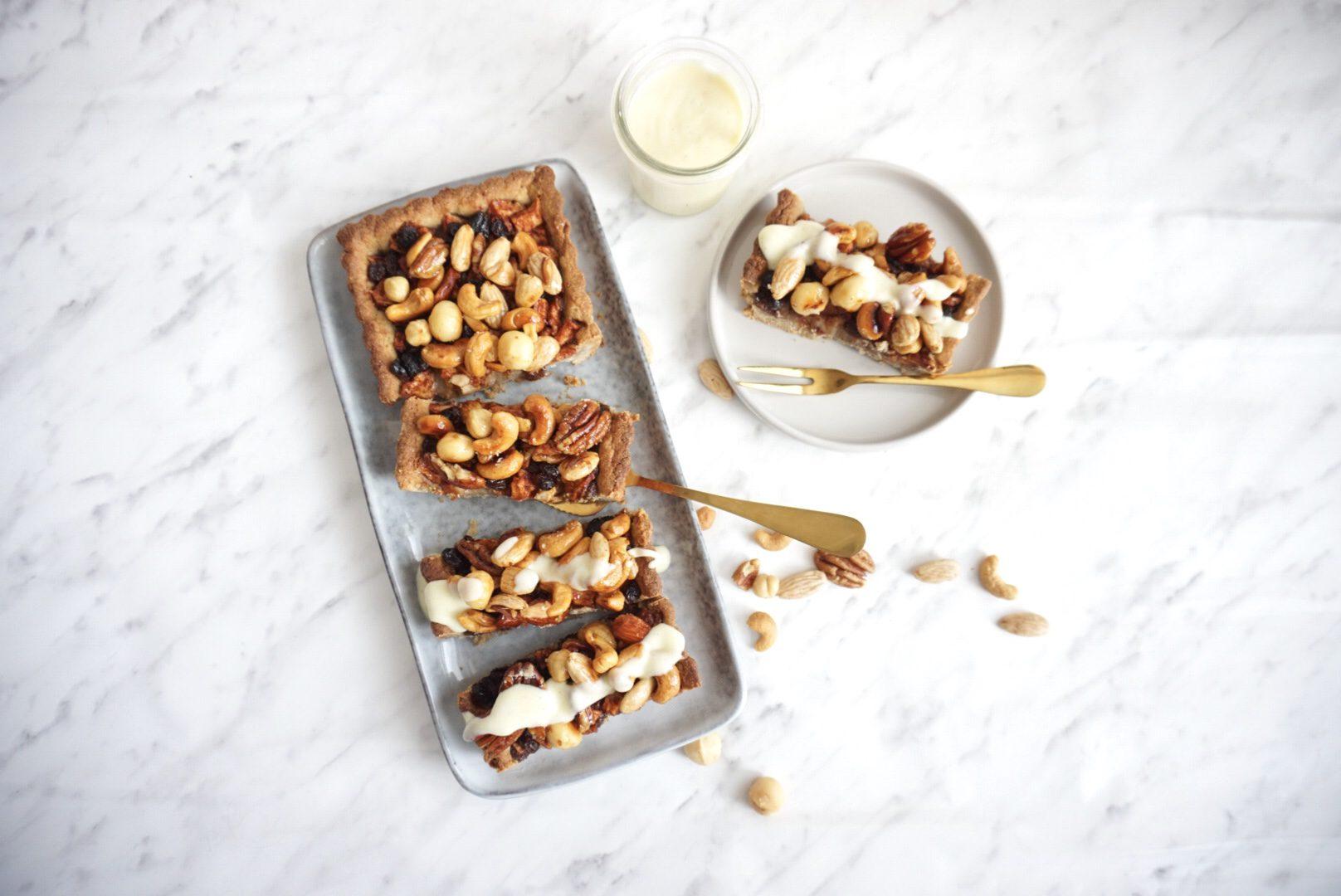 Glutenvrije appel-noten taartje met amandelspijs en vanillesaus