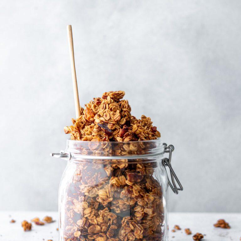Crunchy, gezonde granola met gedroogde abrikozenstukjes