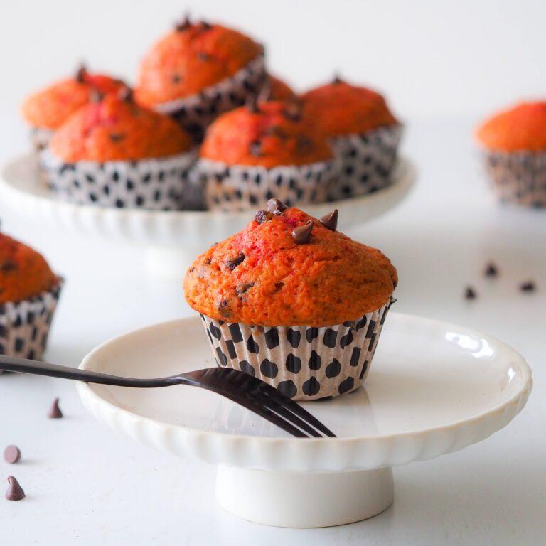 Oranje muffins met bietenpoeder en chocolade
