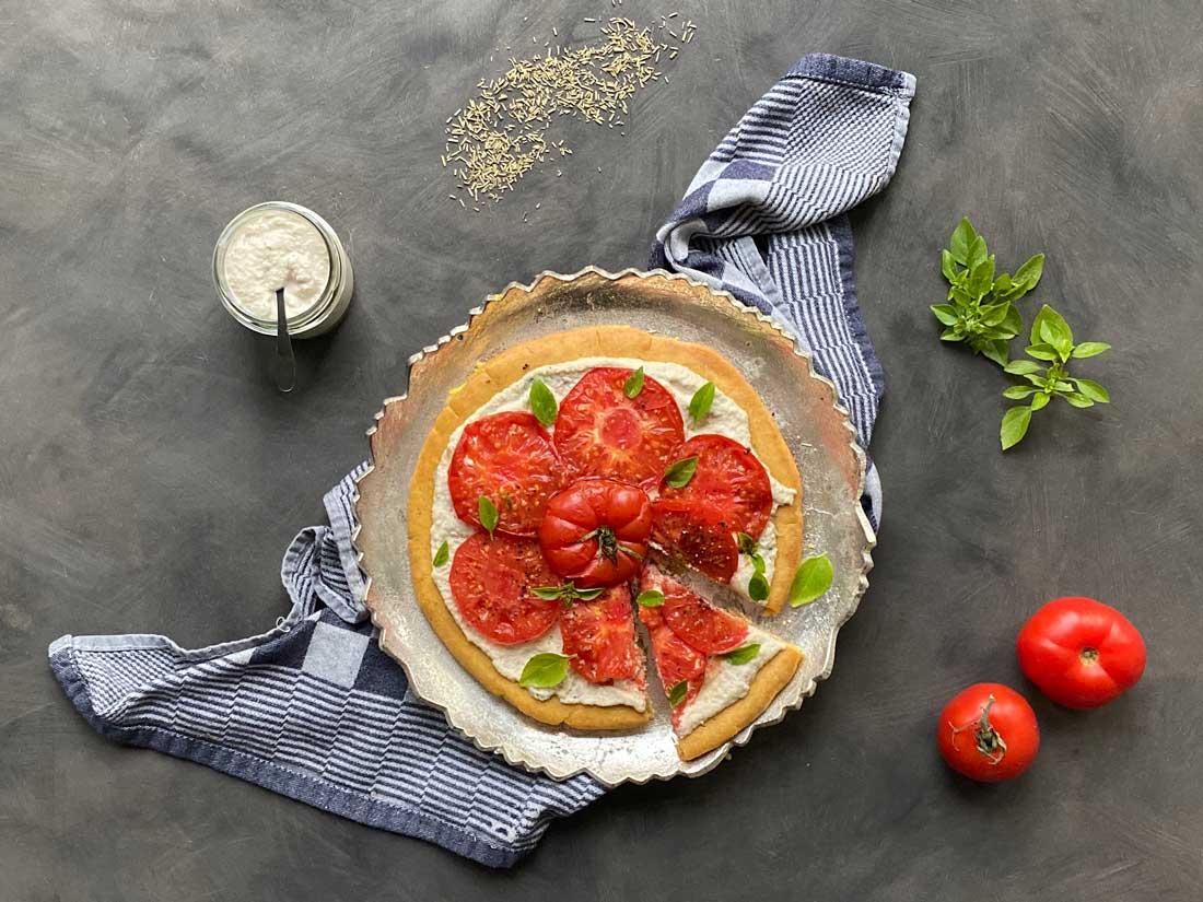 Vegan Socca pizza met cashew ricotta
