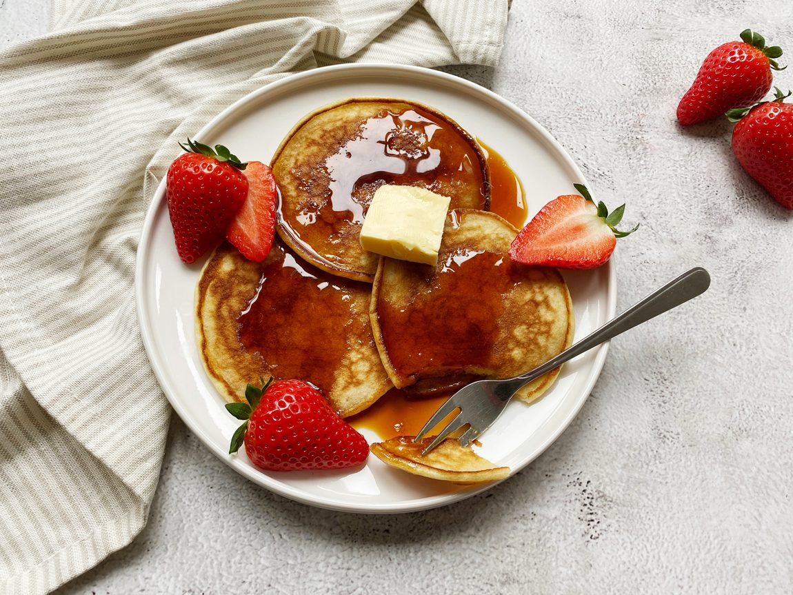 American pancakes met stroop, boter en verse aardbeien.