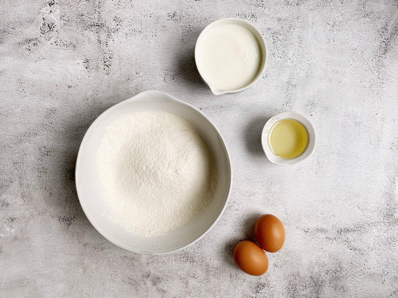 Alle droge ingrediënten voor American pancakes gemengd.