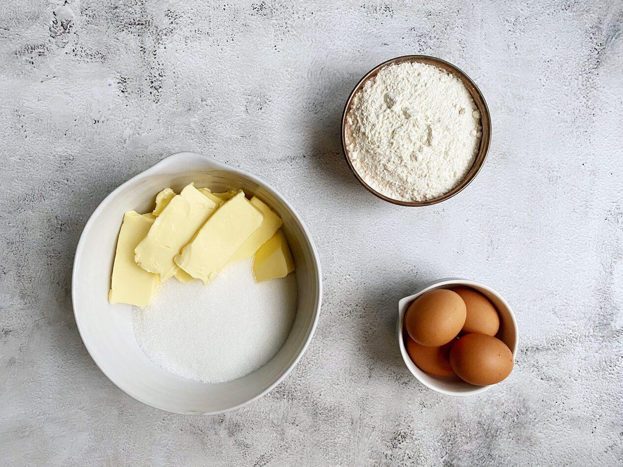Boter, suiker, bloem en eieren voor cake recept