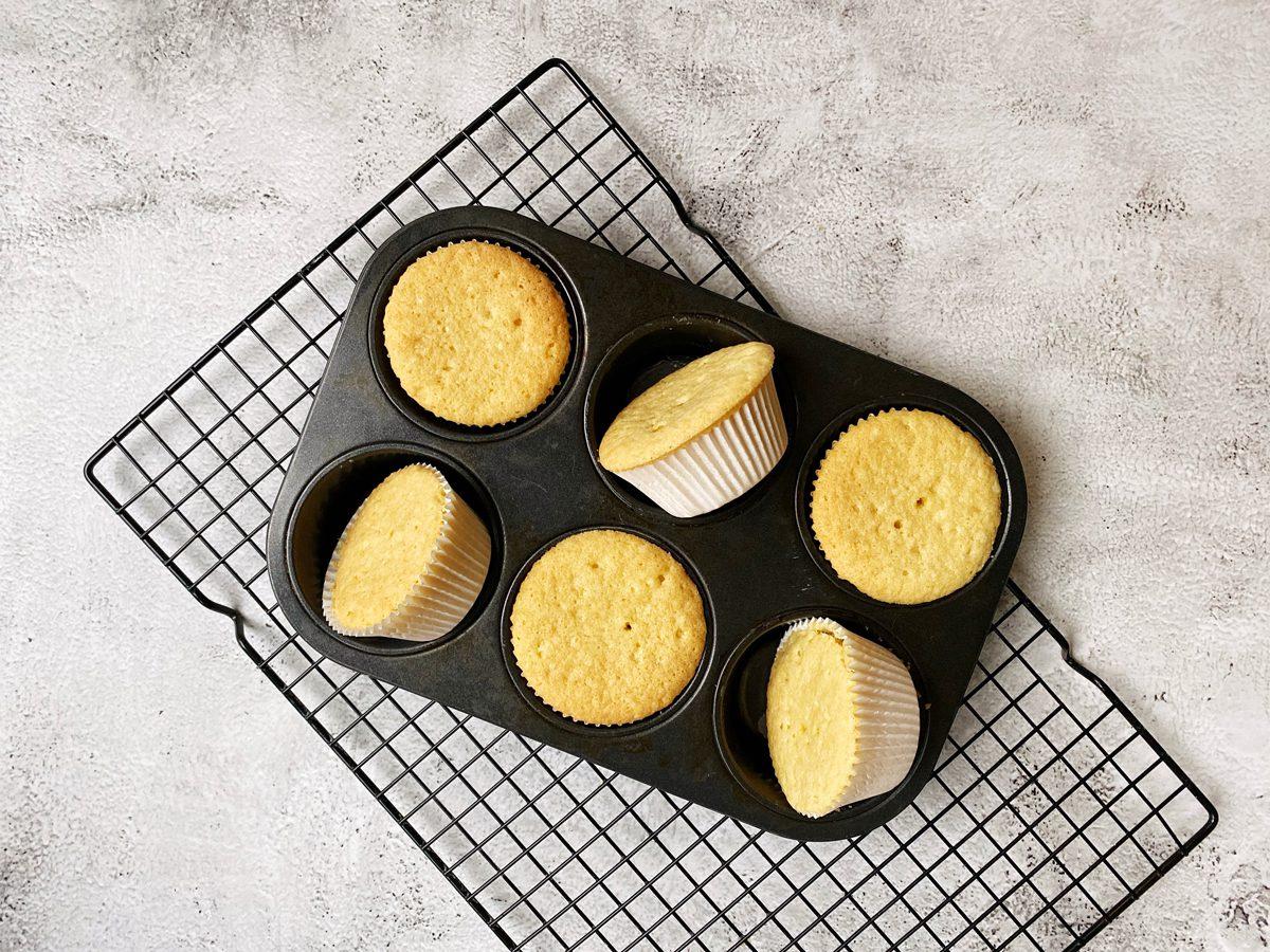 Gebakken cupcakes in het balkblik op een rooster.