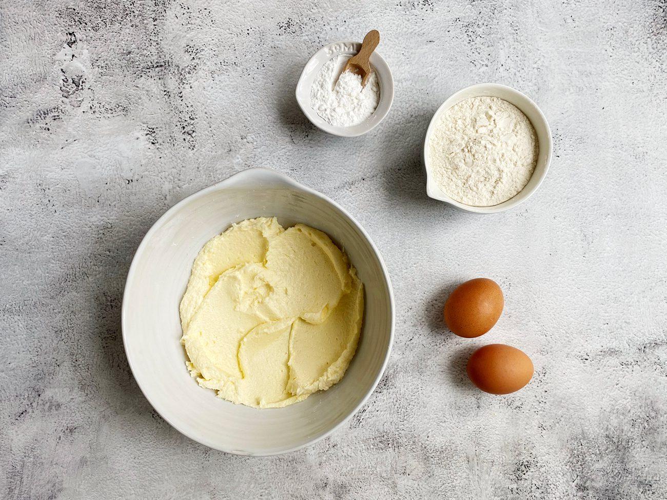 Geklopte boter en suiker: een egale witte massa.