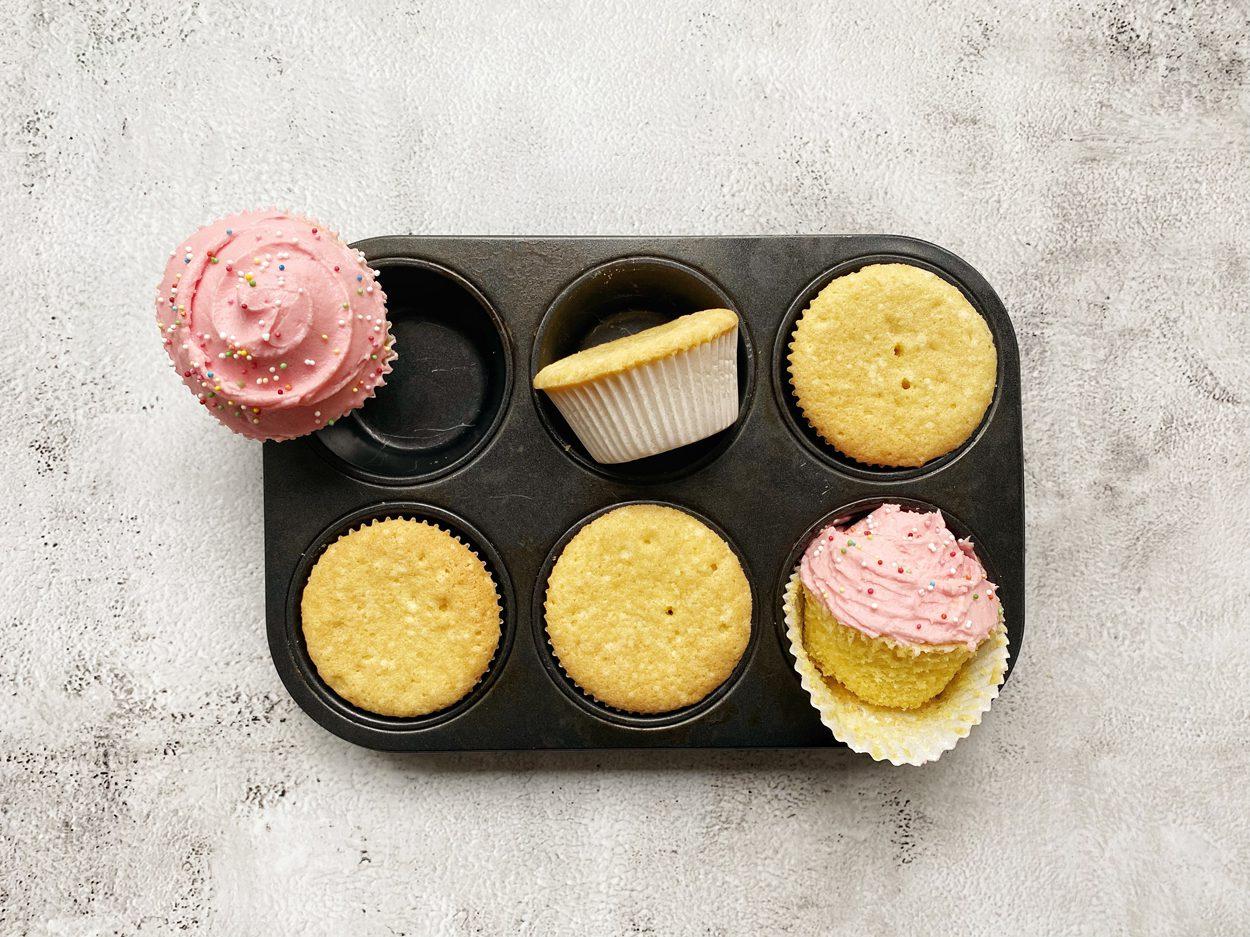 Versierde cupcakes in een bakblik.