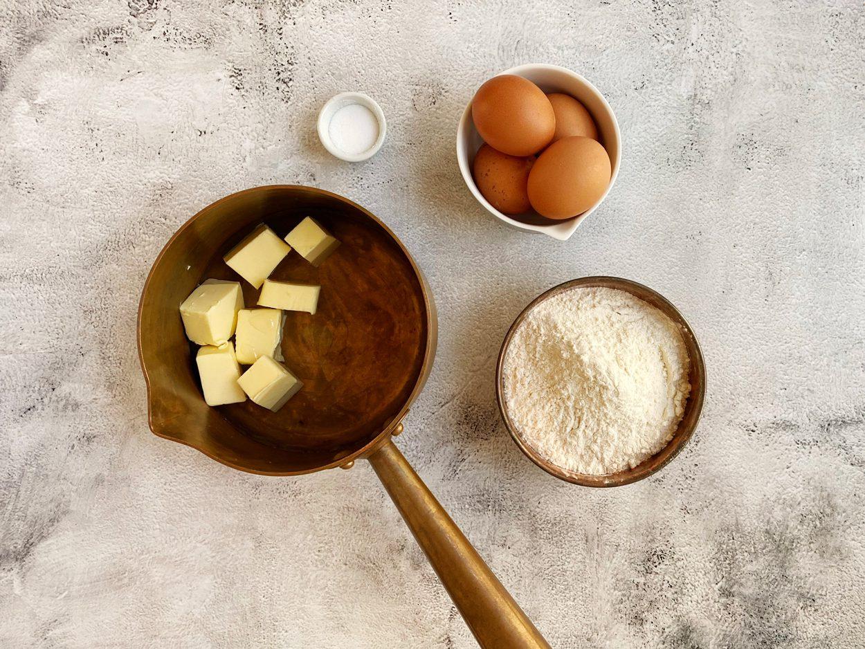 Ingrediënten voor soezendeeg op kamertemperatuur.