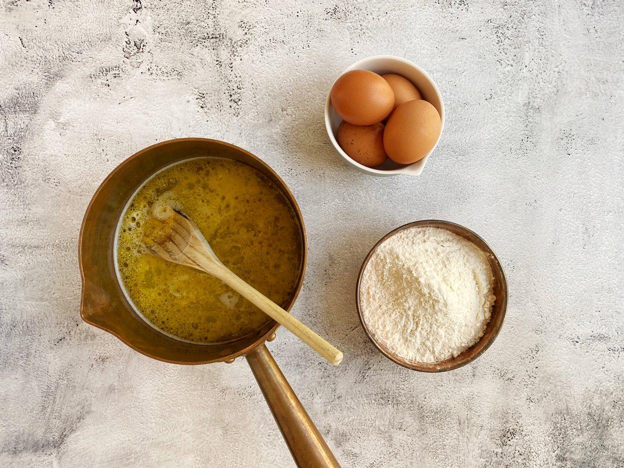 Water, boter en zout gemengd en gesmolten voor soezendeeg.