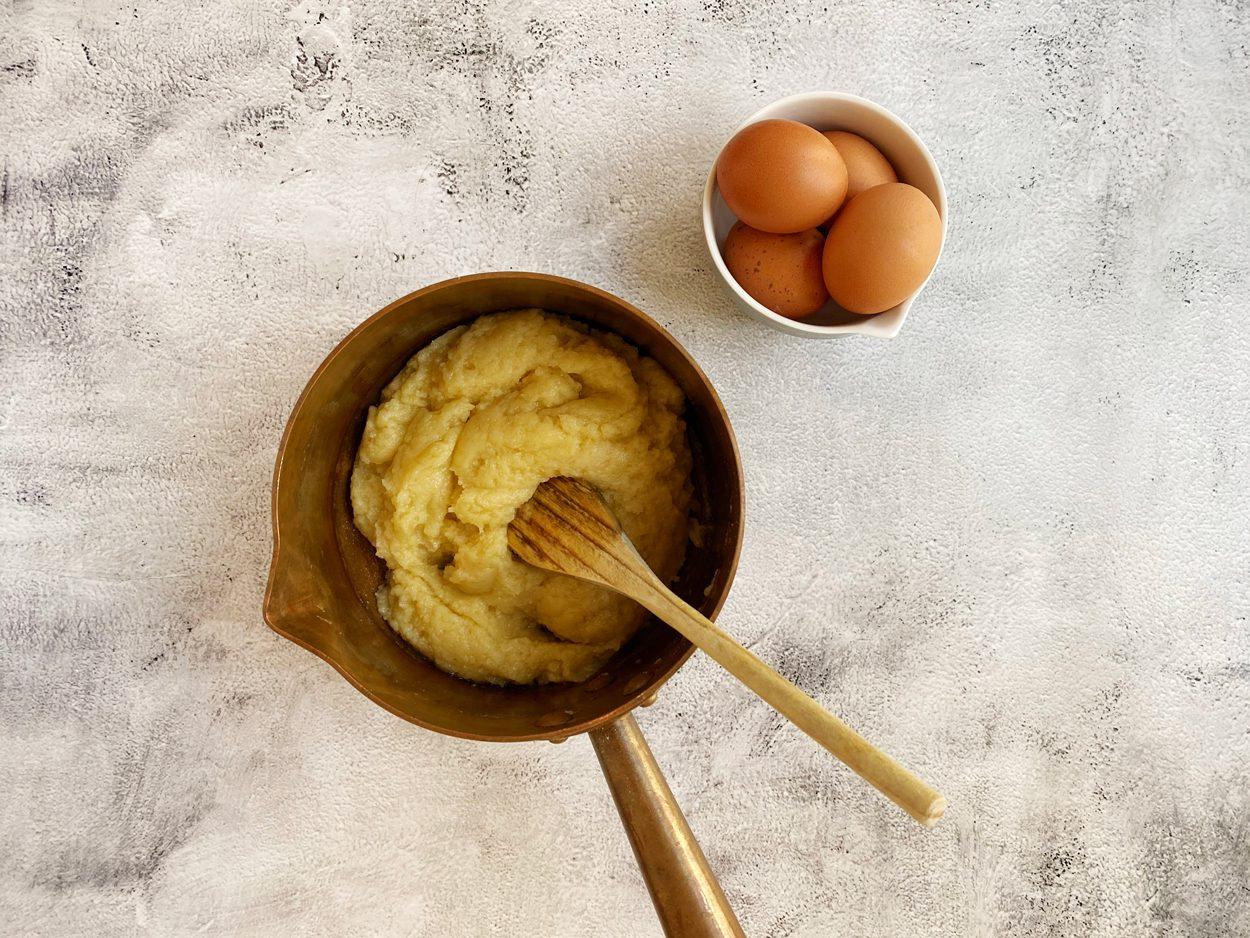 Water, boter, zout en bloem gemengd voor soezendeeg.