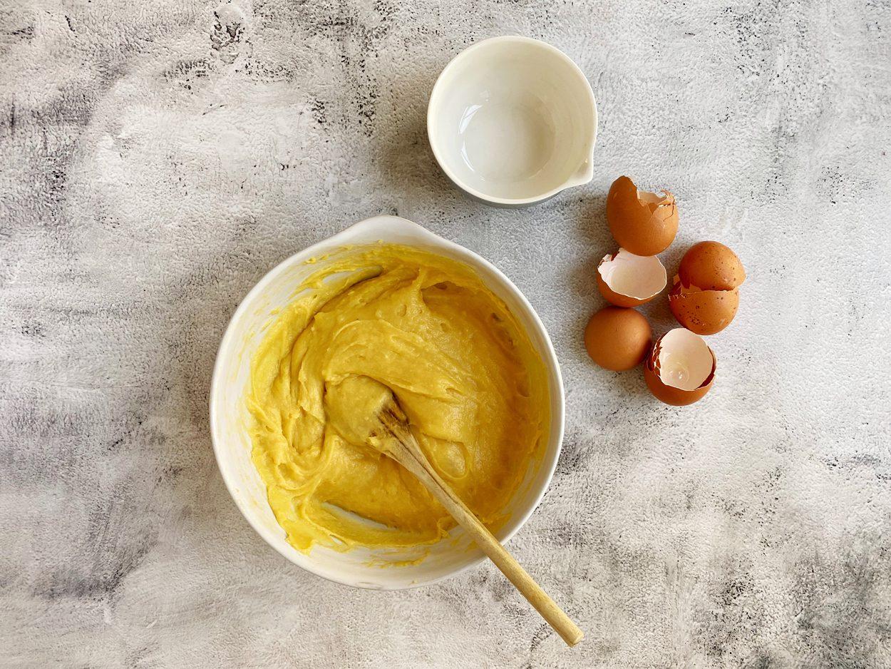Water, boter, zout, bloem en eieren voor soezendeeg gemengd.
