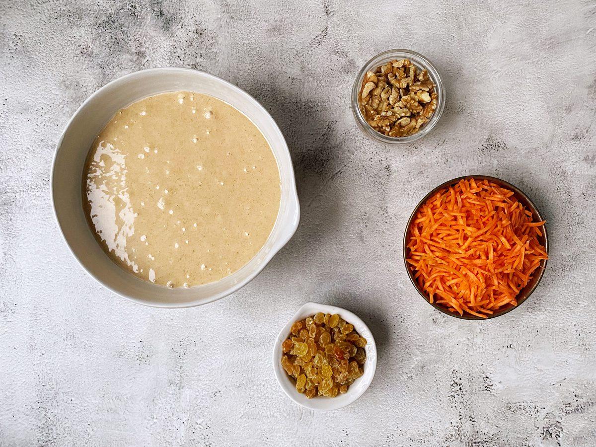 Gemengde ingrediënten voor worteltaart