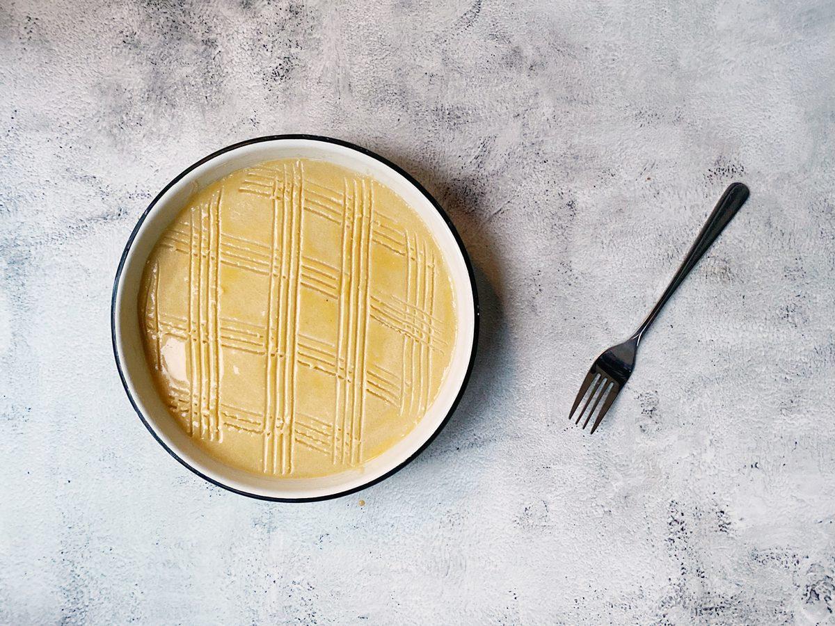 Boterkoekdeeg in de bakvorm met ruitpatroon