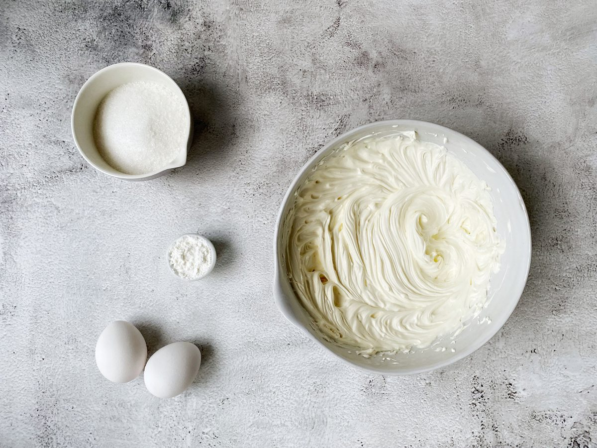 Losgeklopte roomkaas en creme fraiche voor cheesecake