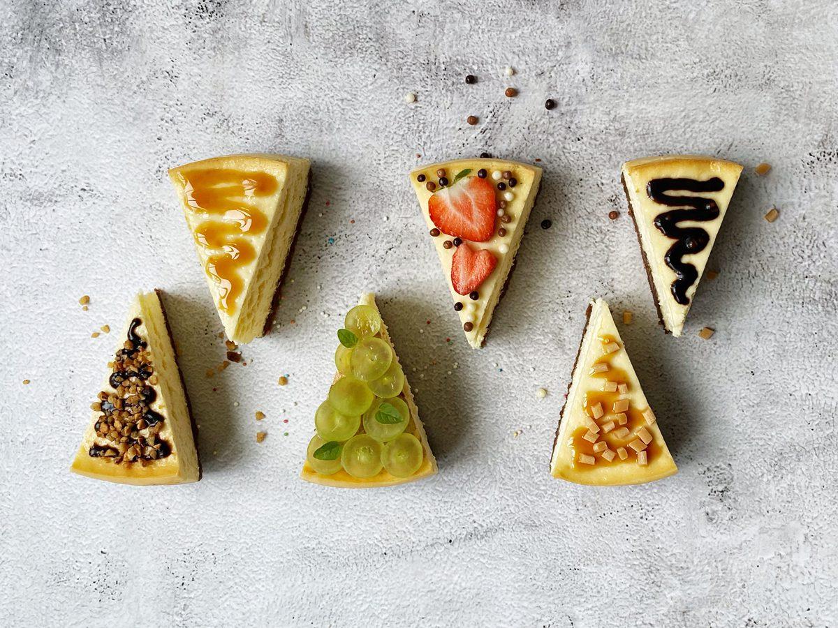 Cheesecakestukken met verschillende toppings