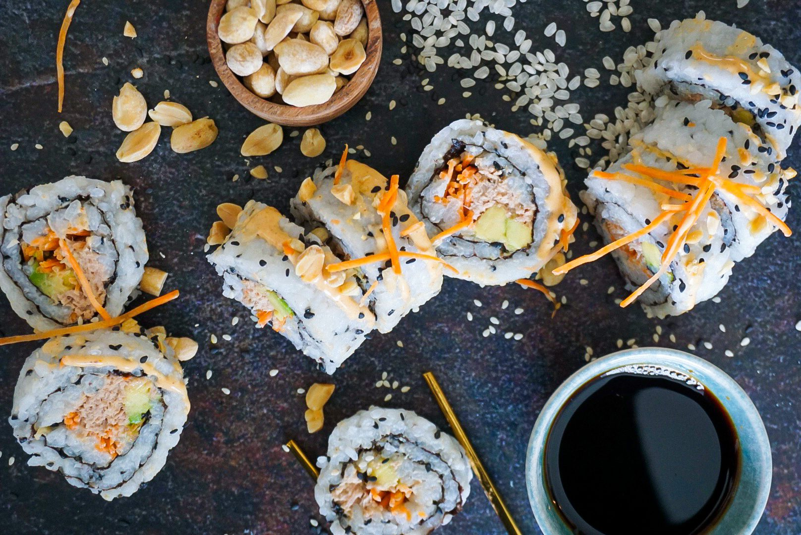 Sushirol met pittige tonijn en stukjes pinda