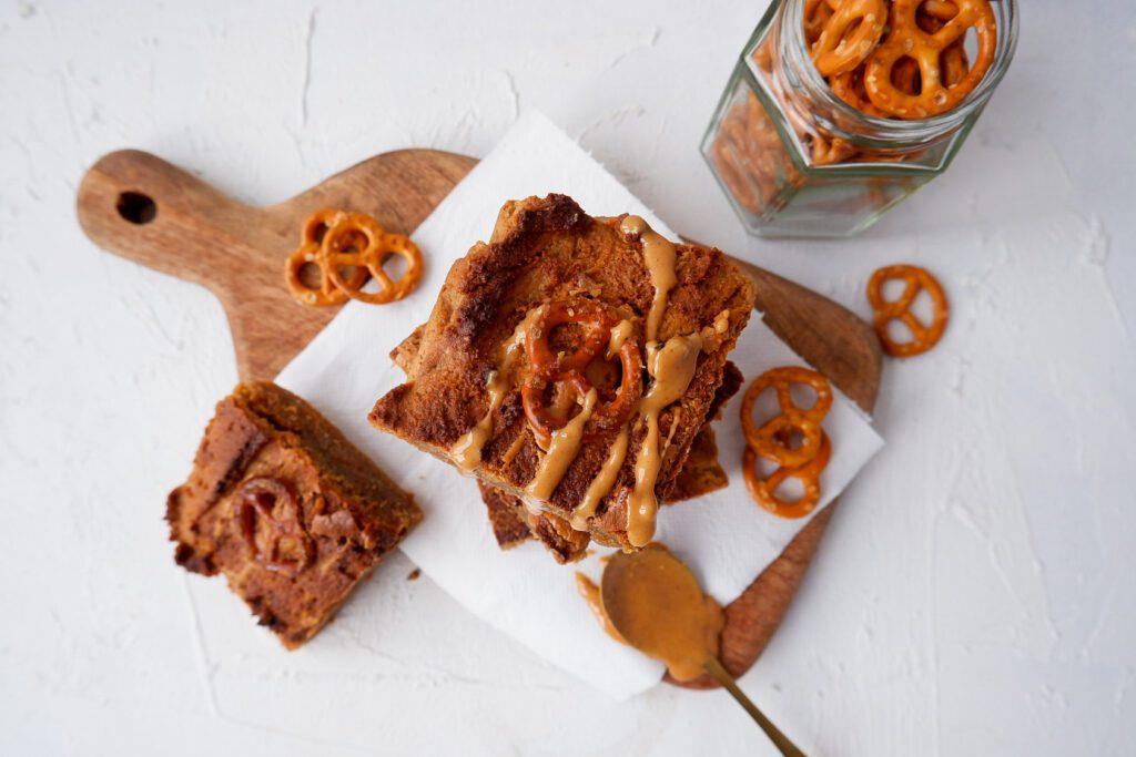 Vegan chewy blondies met pindakaas en pretzels