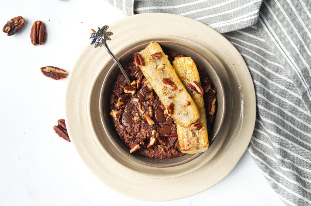 Choco baked oats met pecannoten en gebakken banaan