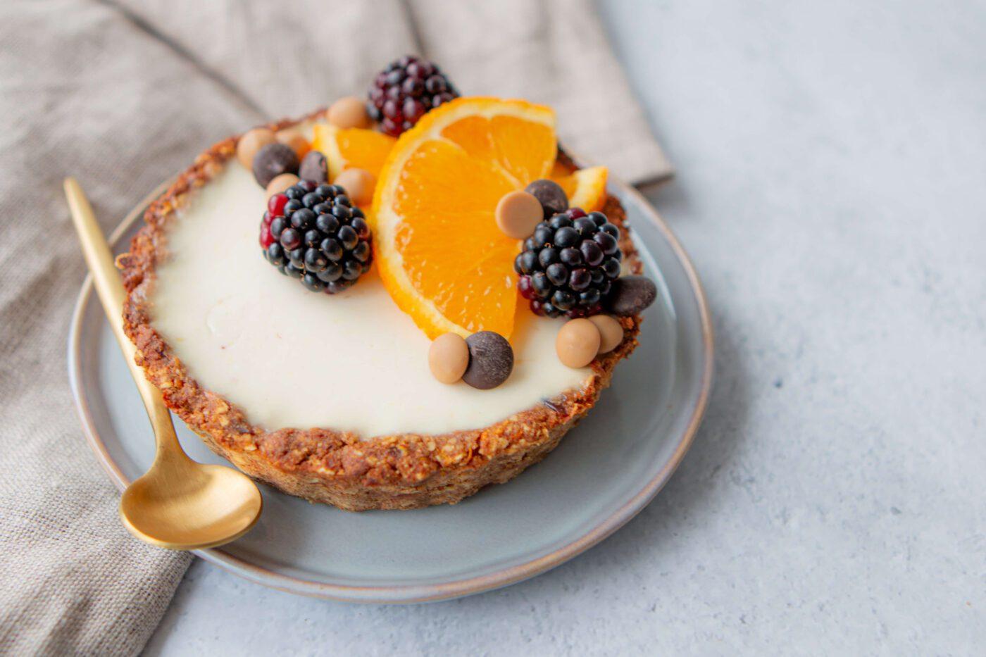 Fris ontbijttaartje met vers fruit, chocolade en kokosyoghurt