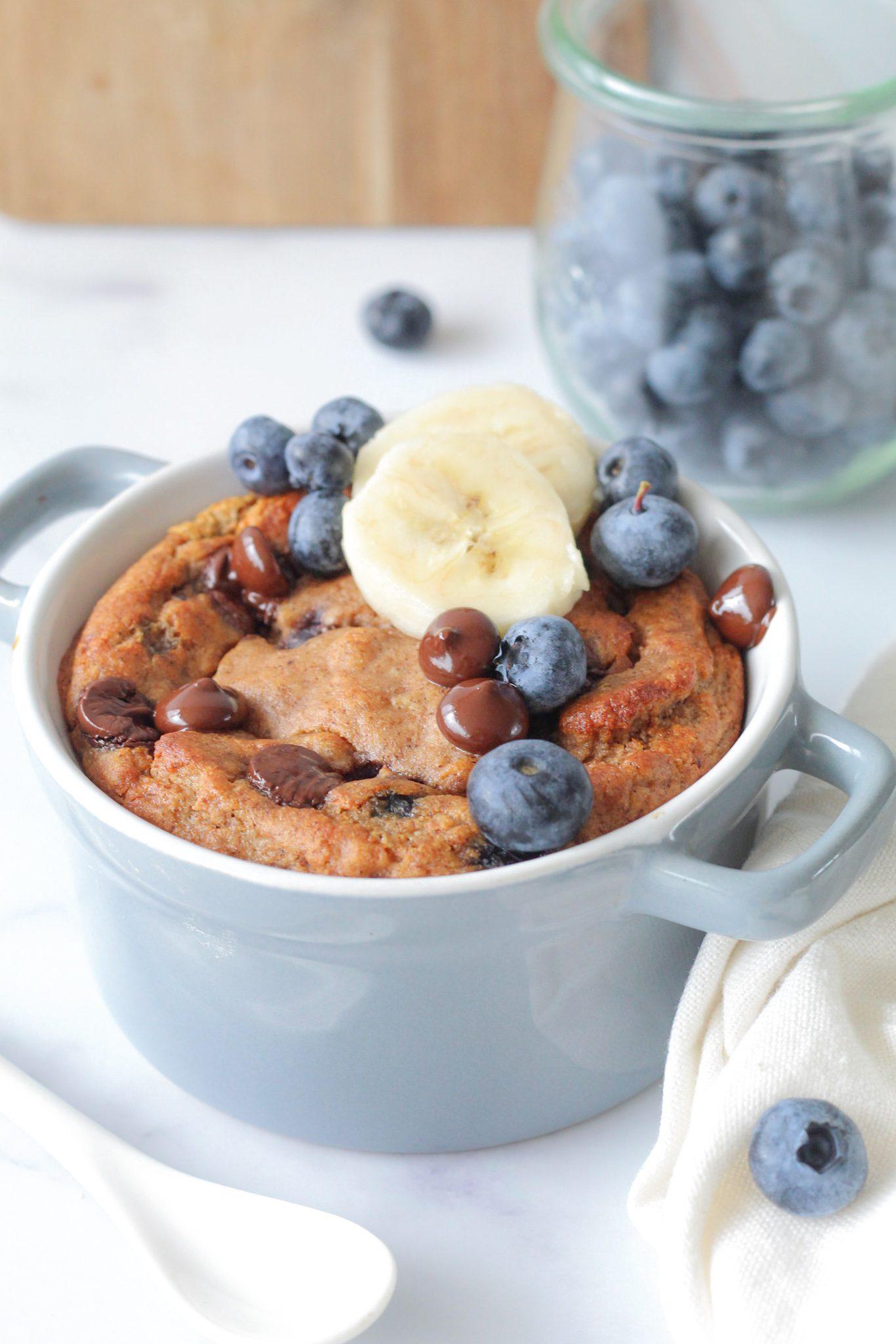 Makkelijk ontbijttaartje met chocolade en blauwe bessen